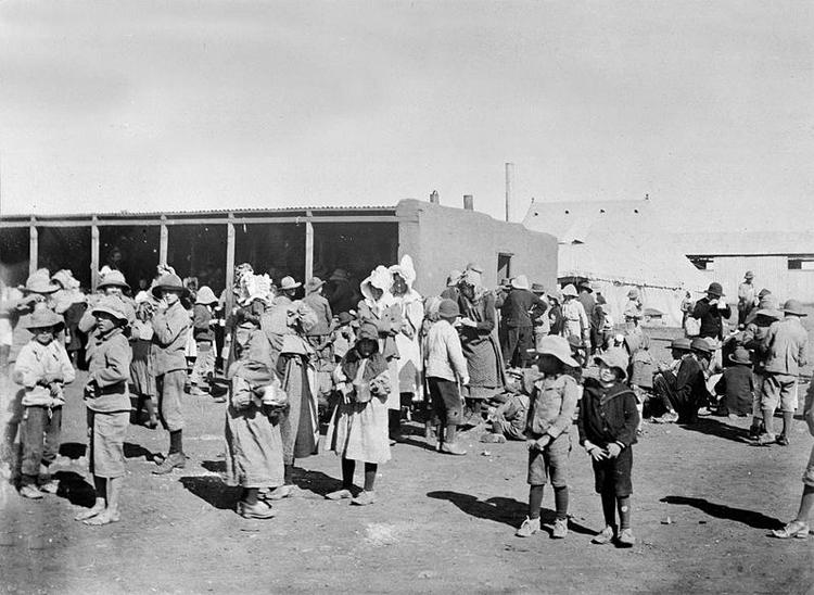Un campo di concentramento britannico per donne e bambini durante la seconda guerra contro i boeri
