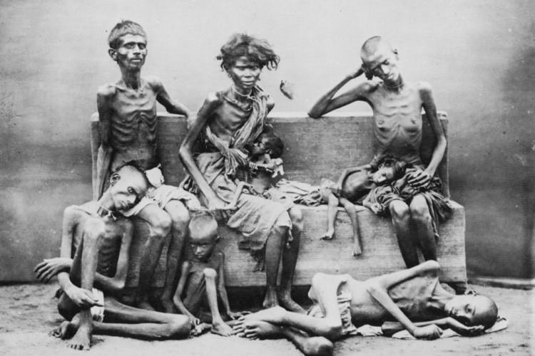 """Vittime della carestia provocata da Winston Churchill in Bengala nel 1943. """"Odio gli indiani"""", disse a Leopold Amery, Segretario di Stato per l'India, """"sono un popolo bestiale con una religione bestiale [...] Si moltiplicano come conigli""""."""